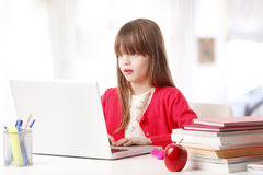 Schulmädchen und die neue Technologie Stockbild