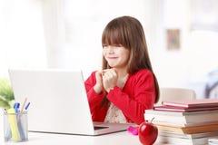 Schulmädchen und die neue Technologie Lizenzfreie Stockfotografie