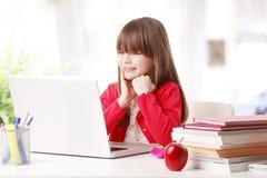 Schulmädchen und die neue Technologie Stockbilder