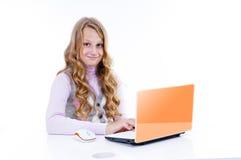 Schulmädchen und ihr netbook Lizenzfreie Stockfotos
