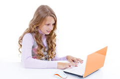 Schulmädchen und ihr netbook Lizenzfreies Stockfoto