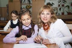 Schulmädchen und Lehrer Stockbild