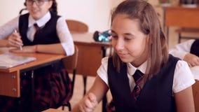 Schulmädchen versteckt eine Anmerkung über Lektion stock video