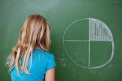 Schulmädchen, welches die Abteilungen lernt Stockfotografie