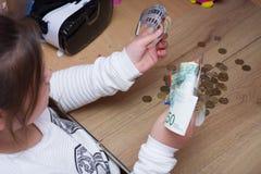 Schulmädchen-Zählungsgeld Lizenzfreie Stockfotografie