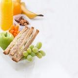 Schulmahlzeit mit Sandwich auf weißem Holztisch Stockbild
