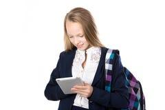 Schulmädchen, das Tablette verwendet Stockbilder