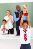 Schulmädchen, das Trophäe anhält Lizenzfreies Stockfoto