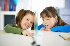 Schulmädchen im Chemieunterricht Lizenzfreie Stockbilder