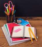 Schulnotizbücher und -Zubehör auf einem hölzernen Desktop Stockbild
