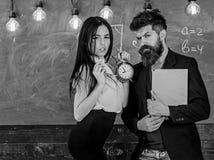 Schulordnungskonzept Damenlehrer und strenger Schulleiter interessieren sich für Disziplin und Regeln in der Schule Mann mit Bart lizenzfreies stockfoto