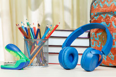 Schulrucksack mit Schulbedarf Bücher, Stand für Bleistifte w Lizenzfreie Stockbilder