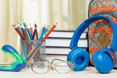 Schulrucksack mit Schulbedarf Bücher, Stand für Bleistifte w Lizenzfreie Stockfotos
