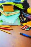 Schulrucksack und sein Inhalt Stockbilder