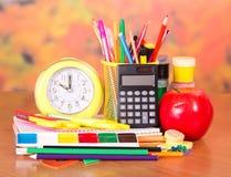 Schulsachen mit Apfel Stockfoto