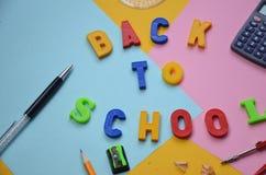 Schulsekretariatsversorgungen mit Kopienraum Zur?ck zu Schultextkonzept Aufschrift schmeichelhaft zur?ck zu Schule auf einer bunt lizenzfreies stockfoto