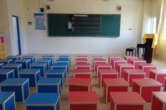 Schulspielplatz und -klassenzimmer Stockfoto