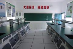 Schulspielplatz und -klassenzimmer Stockbild
