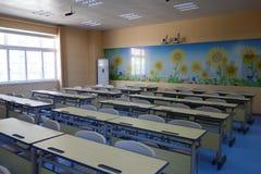 Schulspielplatz und -klassenzimmer Stockfotos