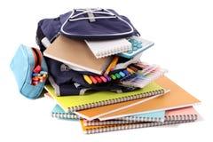 Schultasche, Bleistiftkasten, Ausrüstung, Versorgungen, lokalisiert auf weißem Hintergrund Stockbild