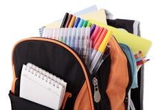 Schultasche, Bleistiftkasten, voll mit den Büchern und Ausrüstung, lokalisiert auf weißem Hintergrund Lizenzfreie Stockfotos