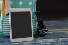 Schultasche, Kopfhörer und digitale Tablette auf Tabelle Lizenzfreie Stockbilder