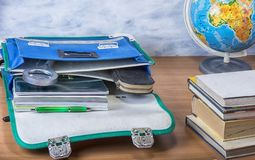 Schultasche mit Büchern, Notizbüchern, Stift und Bleistiften Stockfoto