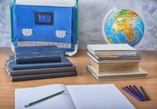 Schultasche mit Büchern, Notizbüchern, Stift und Bleistiften Stockfotografie