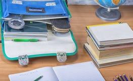 Schultasche mit Büchern, Notizbüchern, Stift und Bleistiften Lizenzfreie Stockfotos
