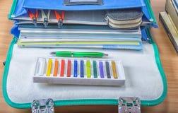 Schultasche mit Büchern, Notizbüchern, Stift und Bleistiften Lizenzfreies Stockfoto