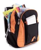 Schultasche, Rucksack, voll mit Stiften, Bleistifte und Ausrüstung, lokalisiert auf weißem Hintergrund Lizenzfreies Stockfoto