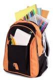 Schultasche, Schultasche, voll mit den Büchern und Ausrüstung, lokalisiert auf Weiß Stockfotografie
