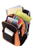 Schultasche voll mit den Stiften und Büchern, lokalisiert auf weißem Hintergrund Stockbilder