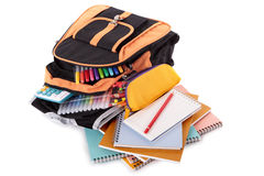Schultascherucksack, Stifte, Bücher, Versorgungen, Bleistiftkasten, lokalisiert auf weißem Hintergrund Lizenzfreie Stockbilder