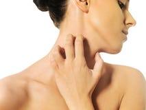 Schulterfreie Frau, die ihren Hals verkratzt Lizenzfreie Stockfotografie