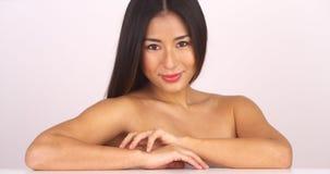 Schulterfreie japanische Frau, die Kamera betrachtet lizenzfreie stockfotos