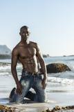 Schulterfreier afrikanischer schwarzer Mann auf Strand Stockbilder