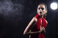 Schulterfreies Mädchenmodell des schönen Brunette, ihre nackte Brust bedeckend lizenzfreie stockbilder