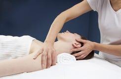 Schultermassage durch ayurveda Praktiker Lizenzfreies Stockbild