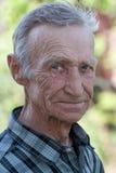 Schulterporträt des älteren Mannes Stockfotos