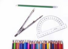 Schulwerkzeuge für Geometrie Compas mit Winkelmesser und Bleistiften Lizenzfreie Stockfotografie
