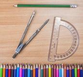 Schulwerkzeuge für Geometrie Compas mit Winkelmesser und Bleistiften Lizenzfreie Stockfotos