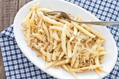 Schupfnudeln de choucroute, une spécialité allemande de gnocchi de pomme de terre photo libre de droits