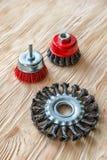 Schurende hulpmiddelen voor houten borstelen en het geven van het textuur Staalborstels op behandeld hout stock afbeeldingen