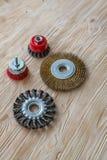 Schurende hulpmiddelen voor houten borstelen en het geven van het textuur Staalborstels op behandeld hout stock fotografie
