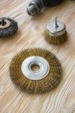 Schurende hulpmiddelen voor houten borstelen en het geven van het textuur Staalborstels op behandeld hout stock afbeelding