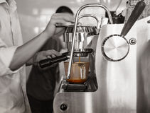 Schuss Barista Brewing Coffee Espresso Barrestaurant Lizenzfreie Stockfotos