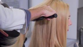 Schuss der hinteren Ansicht einer Frau, die ihren Haarschlag getrocknet vom Friseur erhält stock video footage