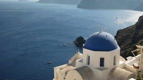 Schuss des hohen Winkels einer blauen gewölbten Kirche in Oia, Santorini stock footage