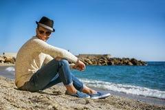 Schuss in voller Länge des jungen Mannes auf einem Strand lizenzfreies stockbild